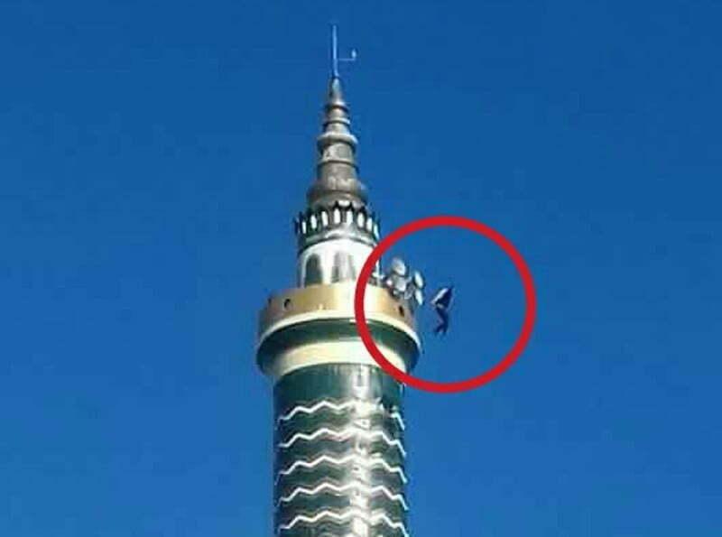 seroang pria Terjun dari menara Utara Masjid Agung Darussalam