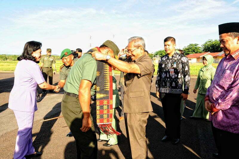 Pengalungan Pabasa Kepada Panglima TNI