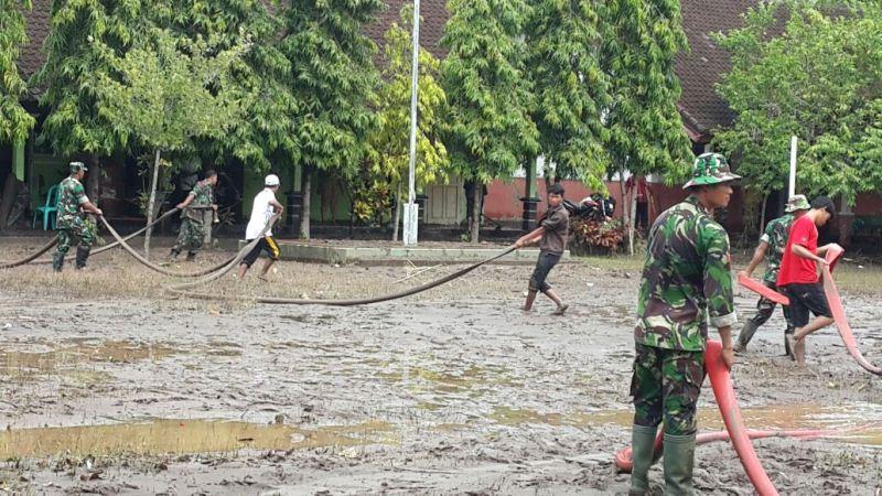 TNI Bantu Bersihkan Banjir di Sumbawa