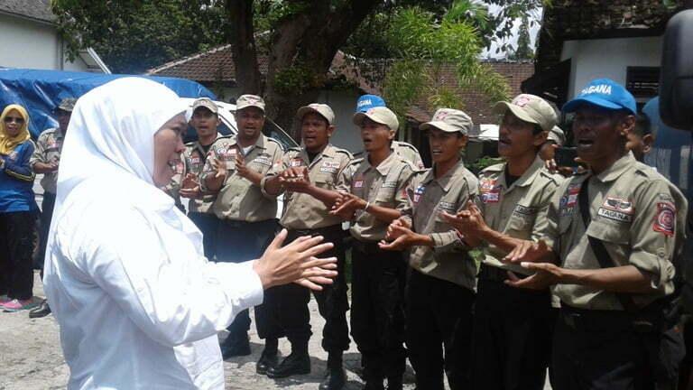 Mensos memberi semangat kepada anggota Tagana