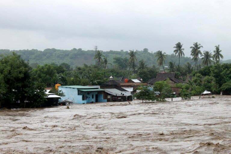 situasi banjir rendam kelurahan samapuin sumbawa