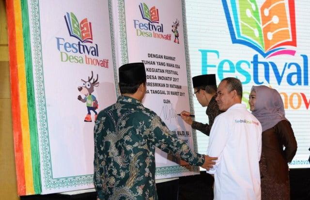 Tanda Tangan TGB pada Festival Desa inovatif Tahun 2017