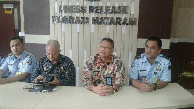 konferensi pers di Kantor Imigrasi Mataram