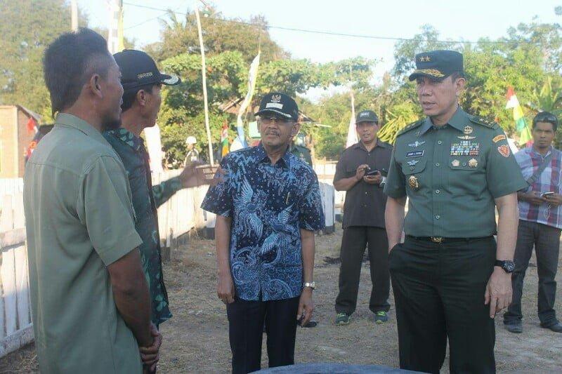 Mayjen TNI. Johny L Tobing didampingi oleh Bupati Sumbawa HM.Husni Djibril