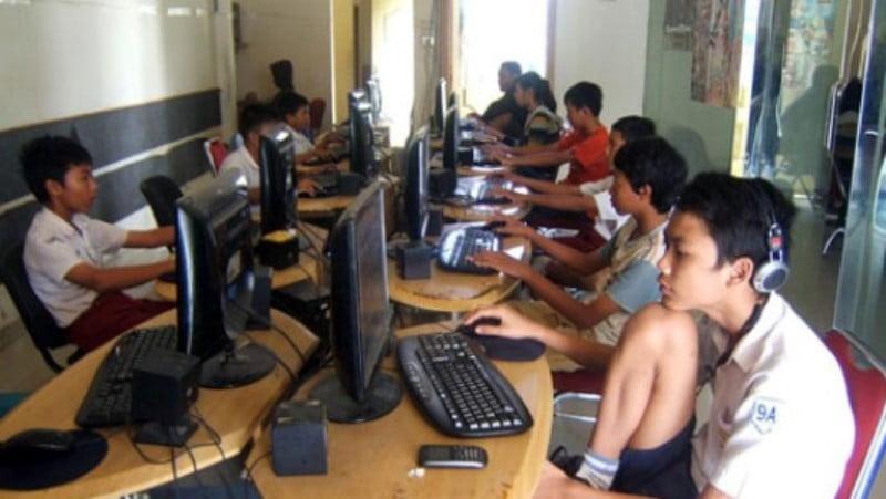 ilustrasi remaja bermain game online Kabar Sumbawa