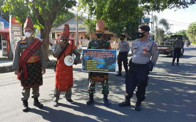 TNI, Polri dan Satpol PP ini menggunakan pakaian adat