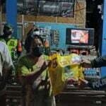 Satlantas Polres Sumbawa Beri Bantuan Sembako untuk Jukir dan PKL