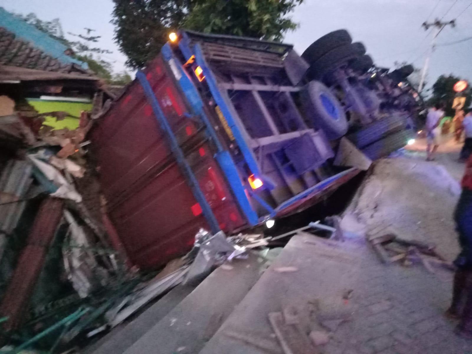 Hindari Sapi, Tronton Terbalik Timpah Kios dan Rumah warga di Lape